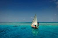romantisk sejltur i det blaa hav på maldiverne