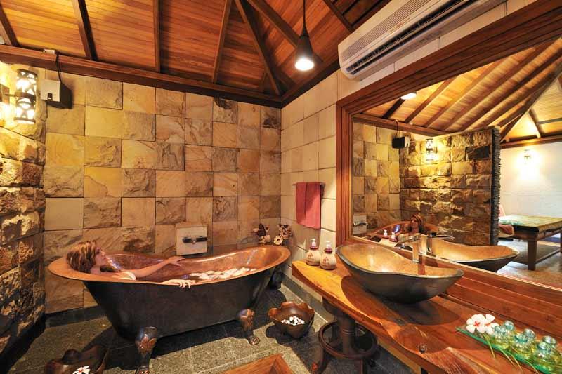 badevaerelse med stort spejl på maldiverne