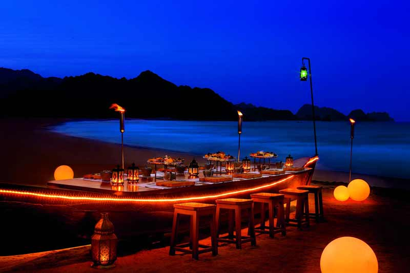 hyggelig bordopdækning paa stranden i Oman