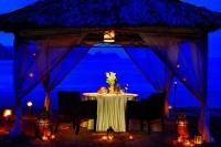 romantisk middag paa stranden med levende i Oman