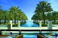 flot udsigt over pool, hav og palmer i oman
