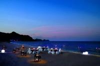 runde borde til gallafest på stranden i Oman