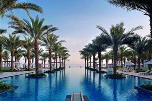 pool med palmer og fantastisk udsigt i Oman