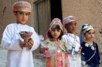 fire festklædte børn på gaden i Oman