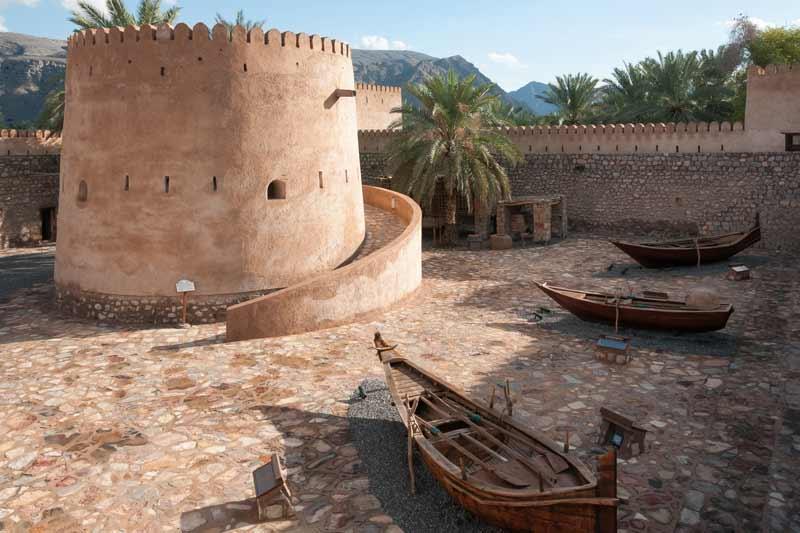 borg og sejlskibe i Oman