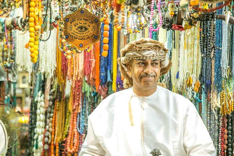 mand i smykkeforretning og perler i baggrunden i Oman